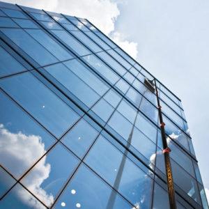 Servicio de limpieza de vidrios en altura con bastones telescopicos